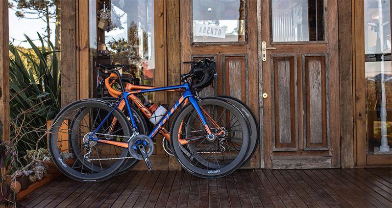 Varanda de loja com porta de madeira e duas bicletas Soul encostas na porta
