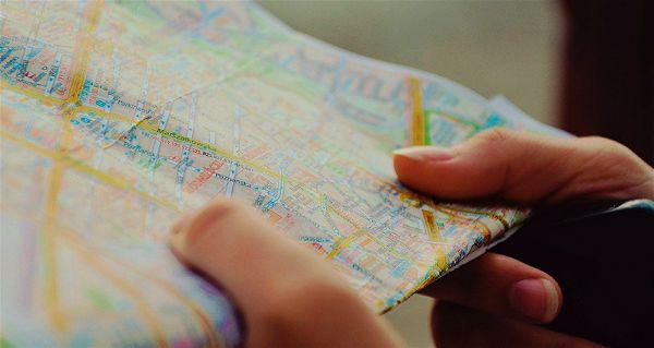 Mão segurando um mapa