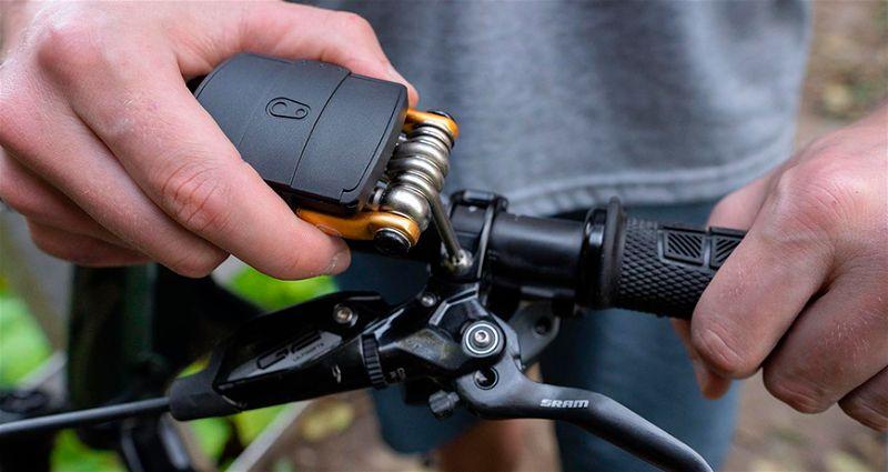 Mão arrumando guidão de bicicleta