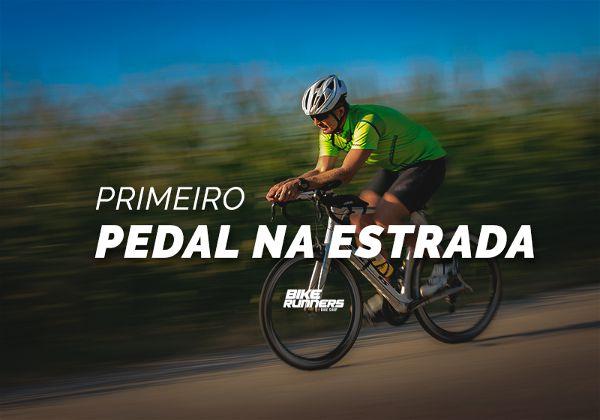 Banner com ciclista andando em estrada e ao lado plantas borradas indicando movimento, em primeiro plano as escritas primeiro pedal nas estrada