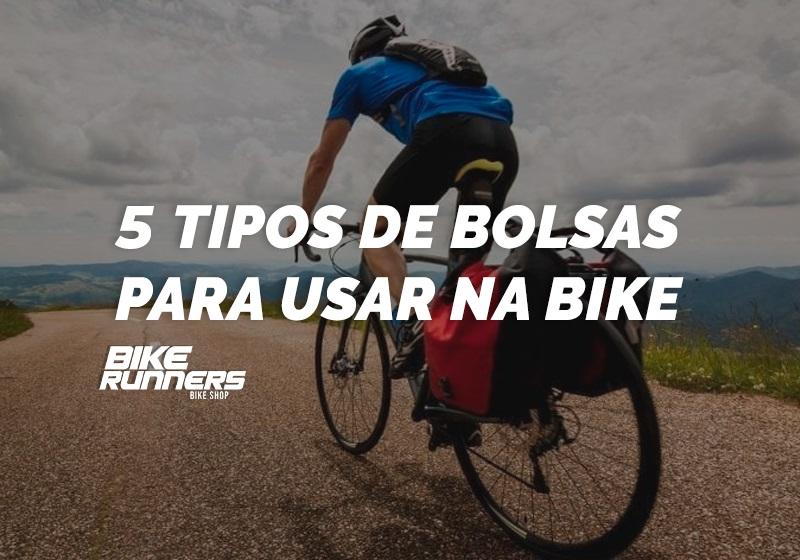 Ciclista com alguns tipos de bolsas e mochilas para bicicleta