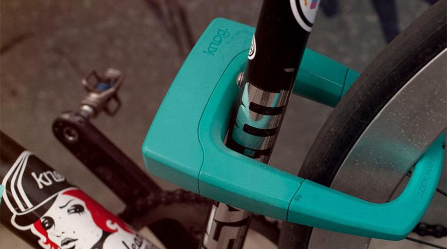 Imagem de cadeado prendendo bicicleta em foco