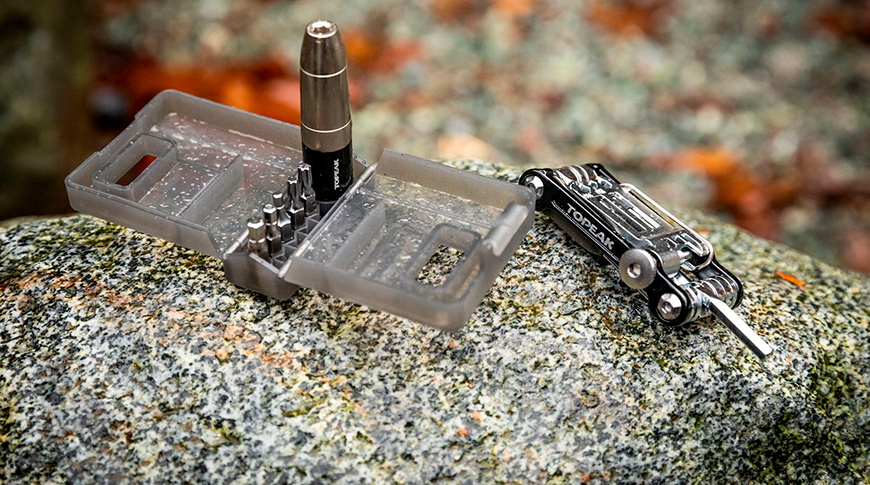 Foto de ferramenta compacta da marca Topeak em foco