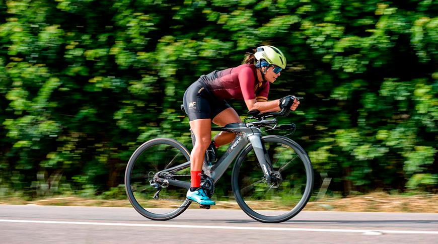 Imagem de mulher praticando triathlon