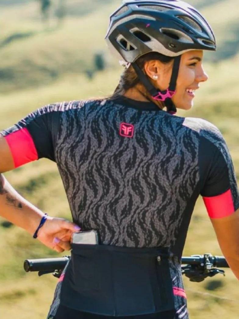 ciclista guardando celular em macaquinho de ciclismo com bolso